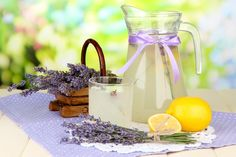 The simplest lavender syrup Recipe: Summer can really start! - Make Easter Decorations Getting Rid Of Headaches, How To Relieve Headaches, Smoothies, Mosquito Spray, Gin Fizz, Angst, Lavender Oil, Frisk, Stress Busters