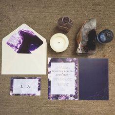 Neue Hochzeitsdeko: Steine und Kristalle | Friedatheres.com  Purple wedding invitations