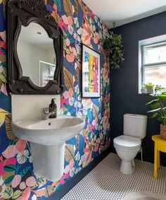 For the Home Bold floral wallpaper and dark blue painted accent wall in the bathroom Kitchen Improve Decor, Tropical Wallpaper, Bathroom Wallpaper, House Styles, Home Decor, Floral Wallpaper, Bathroom Colors, Bathroom Decor, Modern Floral Wallpaper