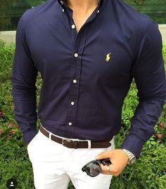 Camicia blu e pantaloni bianchi