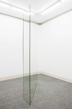 Adrien Tirtiaux  Pas vu pas pris, 2012 Spiegel, Holz, Metall, angepasst an den Raum 260 x 165 x 40 cm