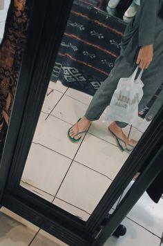 Kalo ini memang lagi belanja sendiri tanpa ada yang menemanai eak:v Casual Hijab Outfit, Girls Time, Photos Tumblr, Tumblr Girls, Modest Outfits, Aesthetic Girl, Instagram Story, Ulzzang, Poses