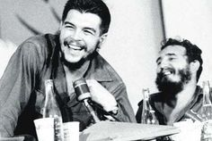 El Che Guevara y Fidel Castro Fidel Castro, Che Quotes, Che Guevara Photos, Radio Rebelde, Radios, Ernesto Che Guevara, Victoria, Military History, Old Pictures