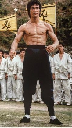 Bruce Lee in the hit movie 'Enter The Dragon'. Arte Bruce Lee, Bruce Lee Fotos, Bruce Lee Body, Bruce Lee Kung Fu, Fitness Workouts, Fitness Hacks, Martial Arts Movies, Martial Artists, Bruce Lee Master
