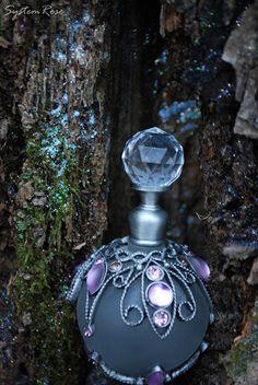 La felicidad es el perfume, no se puede verter a alguien más sin conseguir unas gotas en usted mismo.  ~ James Van Der Zee