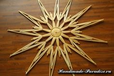 Christmas star made of straw Straw Weaving, Weaving Art, Weaving Designs, Christmas Star, Handmade Ornaments, How To Make Ornaments, Door Design, Yule, Diy And Crafts