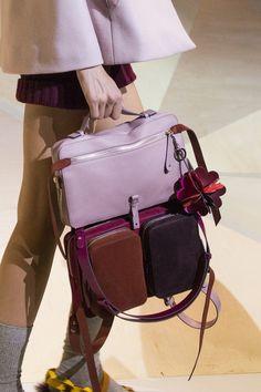 Anya Hindmarch at London Fashion Week Fall 2017 - Details Runway Photos New Handbags, Handbags On Sale, Tote Handbags, Fashion Bags, Fashion Accessories, Fall Fashion, Fashion Jewelry, Leather Backpack, Leather Bag