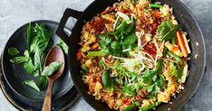 Turn leftover rice into quick and easy fried rice by adding Thai-style frozen vegetables. How To Cook Rice, How To Cook Eggs, Side Recipes, Healthy Recipes, Easy Recipes, Healthy Food, Cooking Jasmine Rice, Cooking Rice, Cooking Pork