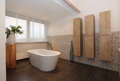 Een luxe badkamer gerealiseerd in een woonboerderij in Merselo. De badkamer is tijdloos en sfeervol waarbij we gewerkt hebben met grote tegels en veel stuckwerk.