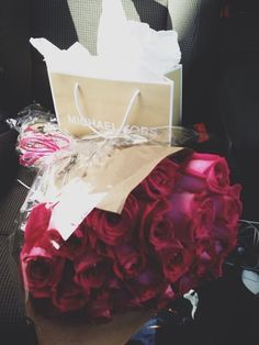 Find images and videos about flowers, red and rose on We Heart It - the app to get lost in what you love. My Flower, Flower Power, Beautiful Flowers, Beautiful Gifts, Foto Snap, Romantic Gifts, Romantic Surprise, Hopeless Romantic, Girly Things