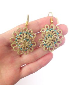 Spiral seashell earrings gold tatted lace tatting di LaceLounge