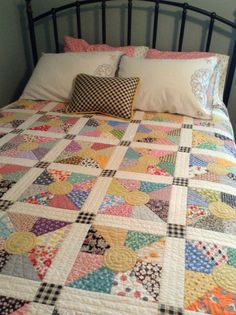 Sewing Quilts Half Square Triangles and a circle-nice scrappy and using aluminum foil makes for easy applique circles. This is so doable. Colchas Quilting, Scrappy Quilt Patterns, Scrappy Quilts, Easy Quilts, Quilting Projects, Quilting Designs, Quilt Blocks, Patch Quilt, Old Quilts