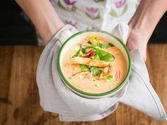 Thaimaalainen kanakeitto on sateisen illan piristys! Tähän kauniin punertavaan broilerikeittoon tuovat mukavasti eksoottista makua myös mangomaustetut kananpojan fileesuikaleet. Ruskista fileesuikalee... Soup Recipes, Recipies, My Cookbook, Food Inspiration, Cantaloupe, Cucumber, Food And Drink, Yummy Food, Asian