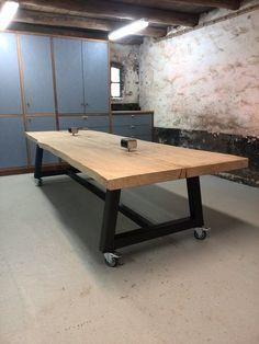 Boomstamtafel van eiken en een stalen onderstel! www.houtkwadraat.nl