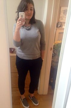 Jumper, jeans and sneakers with a chunky necklace