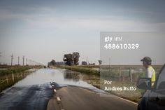 Isla Verde, Córdoba - 19 de abril 2014: Grupo de pequeños camiones, en espera de la señal para pasar a personal de la policía en el número once ruta provincial donde está rajada y se inundó en la cercana localidad de Isla Verde, Córdoba, Argentina.