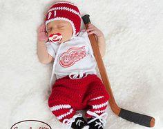 Red Wings Hockey Baby Boy Crochet Red and White Häkelanleitung Baby, Baby Hut, Baby Boys, Diy Baby, Newborn Pictures, Baby Pictures, Baby Photos, Hockey Pictures, Newborn Pics