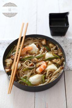 soupe comfortfood aux nouilles soba avec crevettes, cabillaud, shitaké et des asperges pour remplacer les haricots plats. Je n'aime pas trop les nouilles soba, je mets des nouilles de blé chinoises.