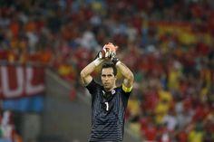 Claudio Bravo celebra el pase a octavos de final del Mundial con su...