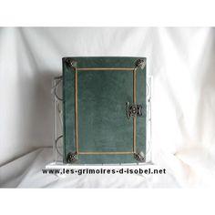 L'Ogier est un grimoire album-photo recouvert de cuir vert. Il est entièrement réalisé à la main.