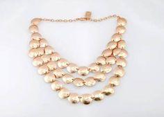 Los materiales que usa Karine Sultan, están hechos de estaño, sumergidos en oro de 24 quilates. Asimismo, trabaja con cristales de Swarovski, perlas, esmalte y resina para muchos de sus exclusivos diseños.
