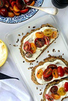 Batida Feta adobados Tomates en tostada