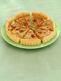 Prova la ricetta di Sale&Pepe preparare una torta salata fresca e genuina come la tarte con formaggio e olive. Ideale per l'estate.