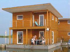 Genießen Sie den besonderen Urlaub auf dem Wasser: im FLOATING HOUSE in Kröslin sitzen Sie auf der Terrasse ganz direkt am Wasser und in der Natur.