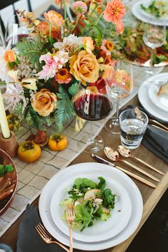 Friendsgiving table setting ideas with @100layercake