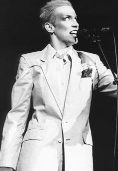 Goshdarn, I love Annie Lennox. She is a gorgeous singer and true original!