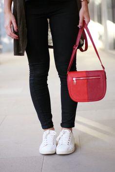 zapatillas blancas, zapatillas, sneakers, white, blanco, bolso, rojo, granate, negro, jeans, skinny jeans, carolina toledo,