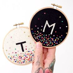 Embroidery Projects Embroidery Letters - How to Embroider Letters? Here are 5 common stitches to hand embroider letters: Chain Stitch, Stem Stitch, Back Stitch, Split Stitch and Running Stitch Hand Embroidery Stitches, Embroidery Hoop Art, Hand Embroidery Designs, Cross Stitch Embroidery, Diy Embroidery Letters, Sewing Letters, Kids Letters, French Knot Embroidery, Japanese Embroidery