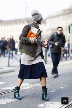 Слои в одежде — понятие, в общем, не новое. Например, в 18 веке наряд знатной дамы состоял в среднем из 10-15 (!) слоев, которые накладывались друг на друга, и весь процесс одевания занимал 40-60 минут. Но последнее десятилетие сделало «слоеные образы» настоящим хитом. На протяжении 20-го века господствовали чистые образы, однако эпоха модного постмодернизма смешала …