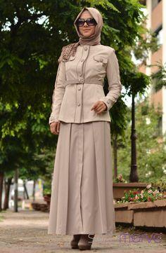 Livza Takım Elbise 1127511-03 Krem. Koton likra karışımlı kumaştan imal edilmiştir ve çok hafiftir. Düğün, bayram ve özel günlerinizde kullanabileceğiniz şık bir o kadarda rahat takımlar. Ürünümüz etek, ceket halinde iki parça olarak gönderilcektir.