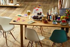 Eames Plastic Chairs DSW DAW Wood Table
