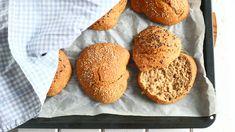 Helpot rapeakuoriset sämpylät ilman vaivaamista - Suklaapossu Savoury Baking, Bun Recipe, Crackers, Food Inspiration, Hamburger, Muffin, Tasty, Cookies, Breakfast