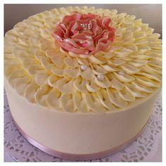 karenanna.co.uk Vintage petal buttercream cake