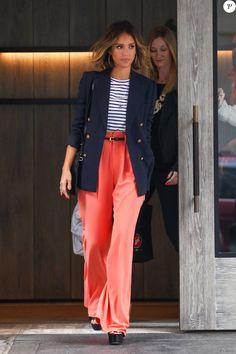 Jessica Alba est superbe dans son pantalon taille haute corail de la marque Alice + Olivia, avec un tee-shirt marinière A.L.C, un blazer bleu marine, et des chaussures Prada, le 15 avril 2015 à New York