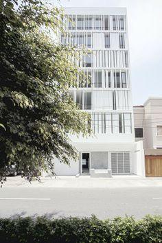 Edificio Multifamiliar en Miraflores  Calle Alfredo Salazar, Miraflores – Lima.  Llama Urban Design  Mariana Leguía, arquitecto.  2011 - 2012.(666×1000)