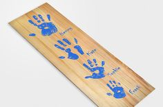 Create a unique family or friends handprints portrait with these beautiful wooden plate. #handprint #familyprint #DIY