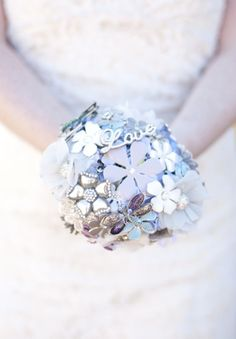 "Brooch Bouquet: the bride shares her ""how to"" link"