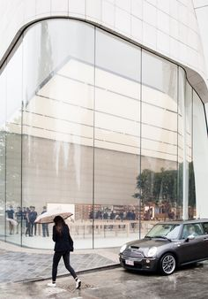 Apple has lifted the veil on the first of its store interiors since Jonathan Ive became chief design officer, at its new Apple Store in the Belgian capital Retail Architecture, Architecture Design, Module Architecture, Retail Facade, Glass Store, Glass Building, Glass Facades, Store Interiors, Curved Glass