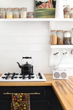 How to Make an Inexpensive Plank Backsplash - biała ściana ze sklejki w kuchni DIY