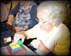 Maison de retraite ,EHPAD, personnes âgées, seniors, Montessori,A travers cet atelier de manipulation, nos objectifs sont multiples:  -Reproduire l'organisation dans l'espace d'un ensemble limité d'objets.  -habilitée motricité liée à la coordination du geste  -Adapter son geste aux contraintes matérielles (instruments, supports, matériels).      -Redécouvrir les objets techniques usuels. (Leur usage et leur fonctionnement: à quoi ils servent, comment on les utilise) -etc. ...