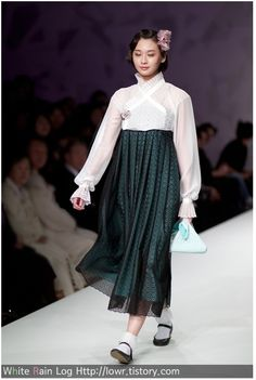 White Rain Log :: 모델도 감탄사를 연발한 혁신적 한복 패션 Korean Traditional Clothes, Traditional Fashion, Traditional Dresses, Asian Fashion, Diy Fashion, Womens Fashion, Modern Hanbok, Creative Wedding Ideas, Korean Dress