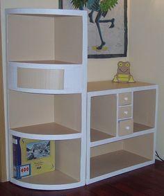 un pan de mur meublé avec une étagere (http://coticartonaussi.over-blog.com/article-debut-d-un-meuble-d-angle-45669162.html et http://coticartonaussi.over-blog.com/article-etagere-6-heures-plus-tard-45823892.html) et un meuble (http://coticartonaussi.over-blog.com/article-meuble-d-angle-la-suite-46484934.html)