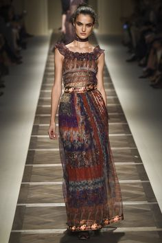 Etro Spring 2016 Ready-to-Wear Fashion Show. Printemps 2016 prêt-à-porter Runway Fashion, Boho Fashion, Fashion Models, High Fashion, Fashion Show, Fashion Outfits, Fashion Design, Milan Fashion, Uk Fashion