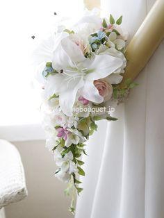 カサブランカと淡いピンクのバラのキャスケードブーケ | ウェディングブーケ.jp