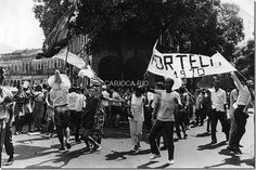 Componentes da Portela comemoram o título do carnaval de 1970