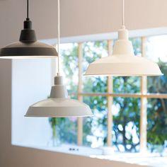 スタイリッシュな形とシンプルなカラーが特徴のペンダントライト「vuori(ブオリ)」。ブオリとはフィンランド語で山という意味で、山を連想させるシェードの形から名付けられたそうです。 New Homes, Ceiling Lights, Lighting, Pendant, Interior, Home Decor, Instagram, Houses, Decoration Home